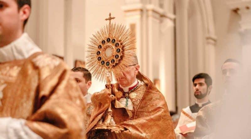 Stary ksiądz zaskoczony katolicką Biblią.